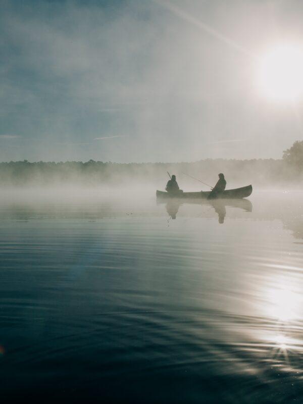 Fischerboot im nebligen Wasser