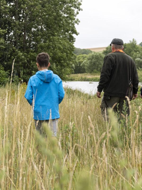 Junge Naturwächter erkunden mit einem Jäger den Wald