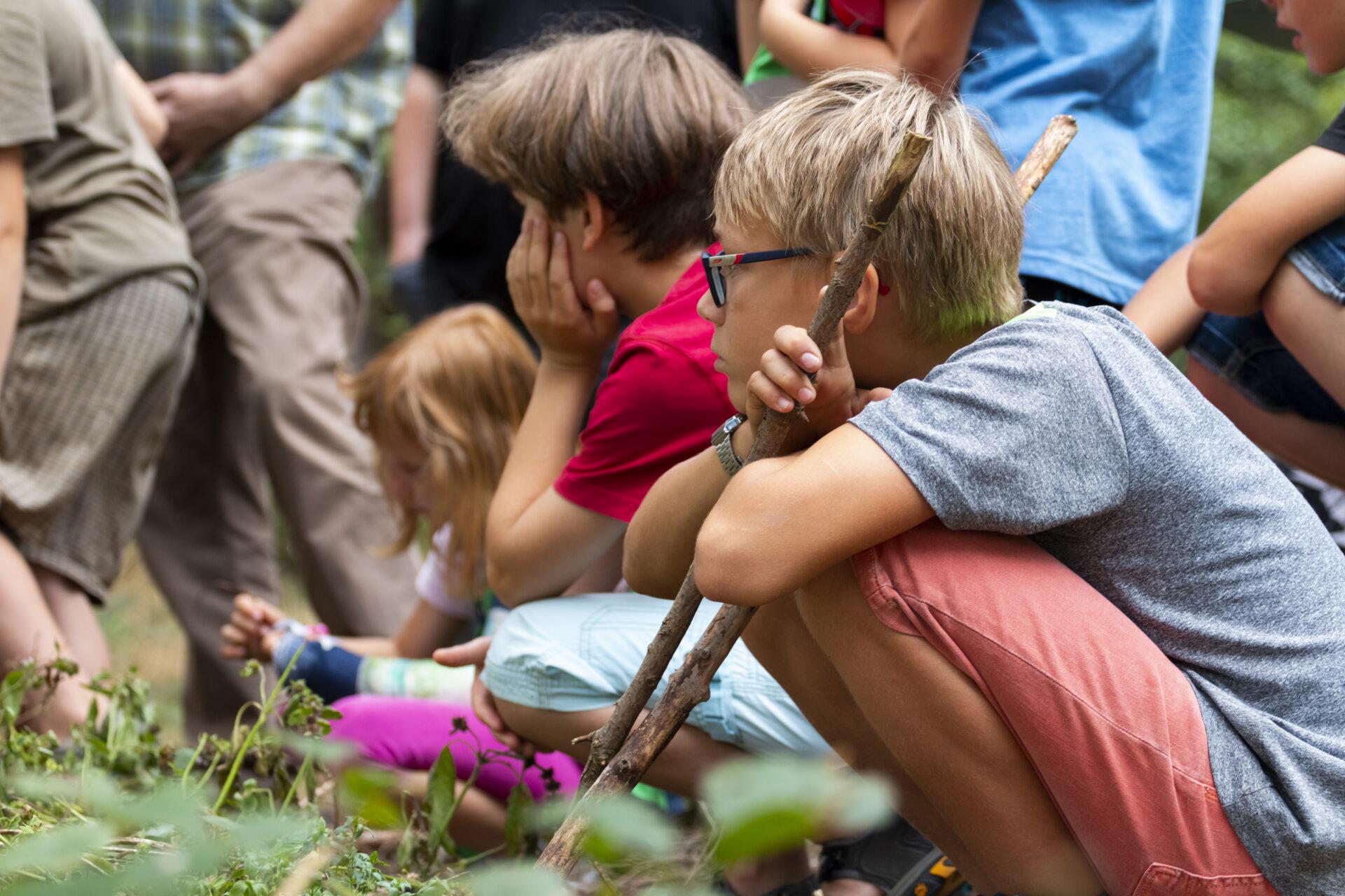 Jungen Naturwächter auf Ameisensuche