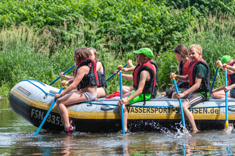 Junge Naturwächter auf einem Schlauchboot im Wasser