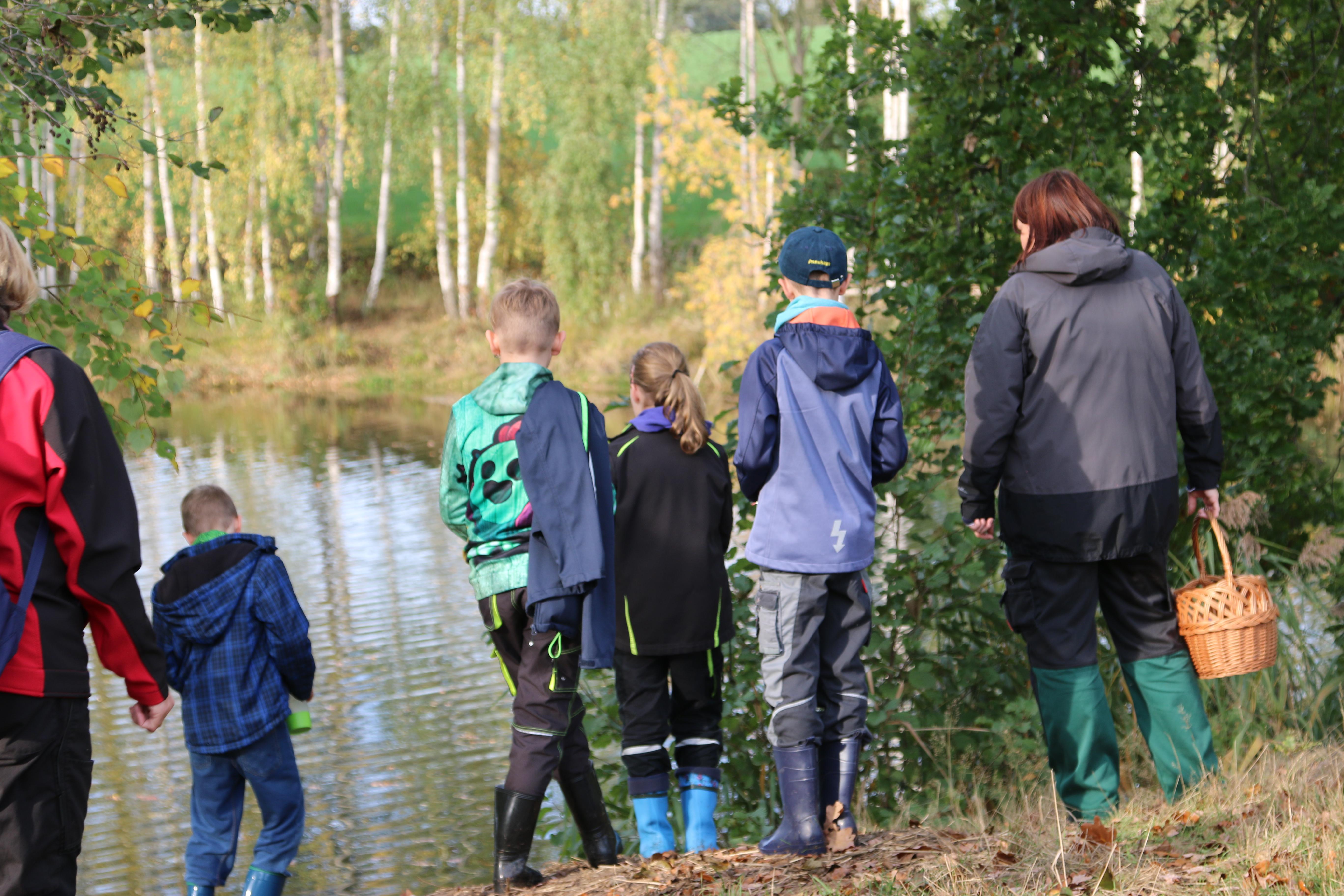 Die Jungen Naturwächter auf Expedition am Wasser