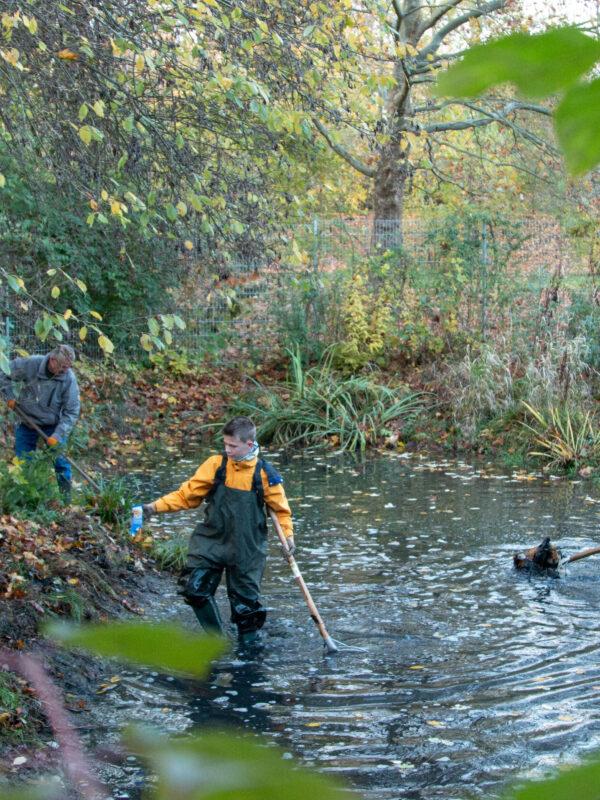 Junge Naturwächter mit den Naturschutzexperten im Teich