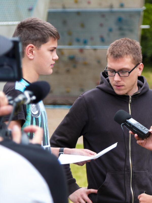 Die Jungen Naturwächter interviewen den Medienpädagogen Johannes Gersten und werden dabei von einem Kameramann gefilmt