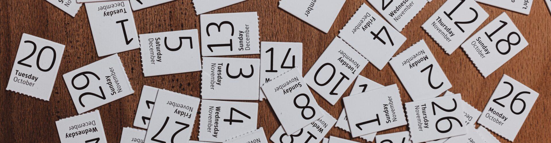 Abgerissene Kalenderblätter auf einem Tisch liegend